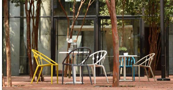 Sillas y mesas para disfrutar de la terraza y del jardín
